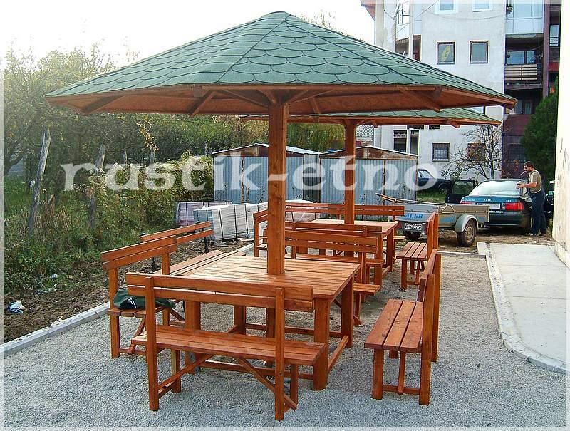 Garnitura sa 4 klupe u kompletu sa suncobranom pokrivenim tegolom.