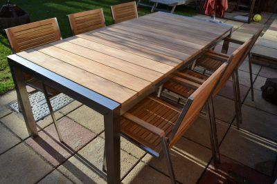 Drvene moderne stolice i sto sa metalnom konstrukcijom