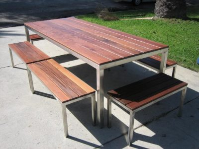Drveni sto i klupe sa metalnom konstrukcijom