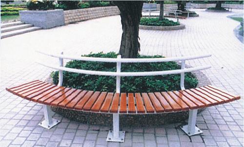 Polukruzna parkovska klupa